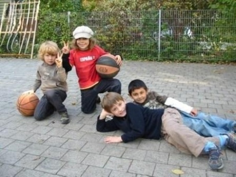 Kinder mit Ball